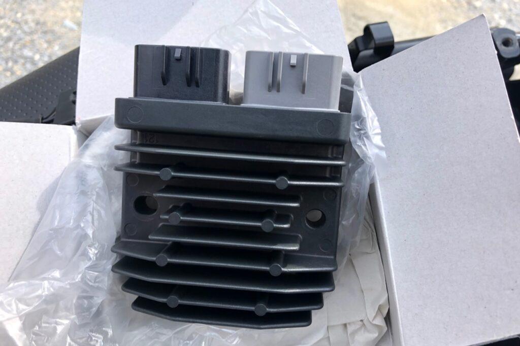 YAMAHA製(R1用)の MOSFETレギュレーターです。