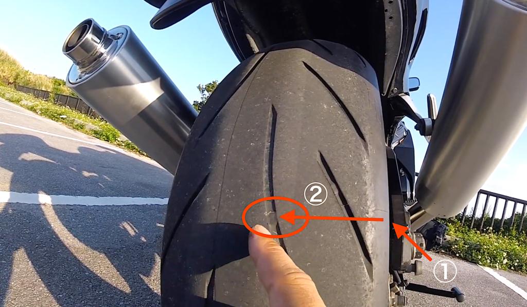 タイヤの側面の矢印を確認したら並行して視点をずらし、タイヤの平面部分を見ます。ここで盛り上がっている箇所があればそれがスリップサインです。