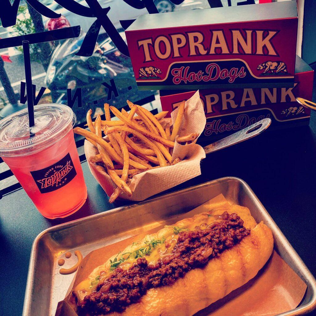 沖縄の宜野湾市にあるホットドッグ専門店「TOPRANK」でチリチーズを食べた