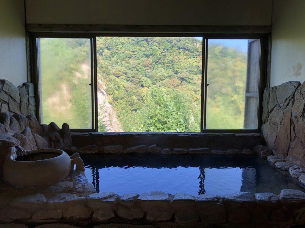 渓谷の宿「二匹の鬼」の部屋の中の露天風呂