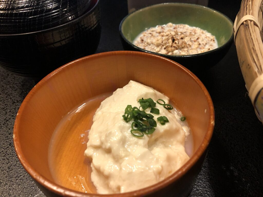 雲海の宿「千木」の朝食には手作り豆腐もあります。しっとりしてて美味しかった。