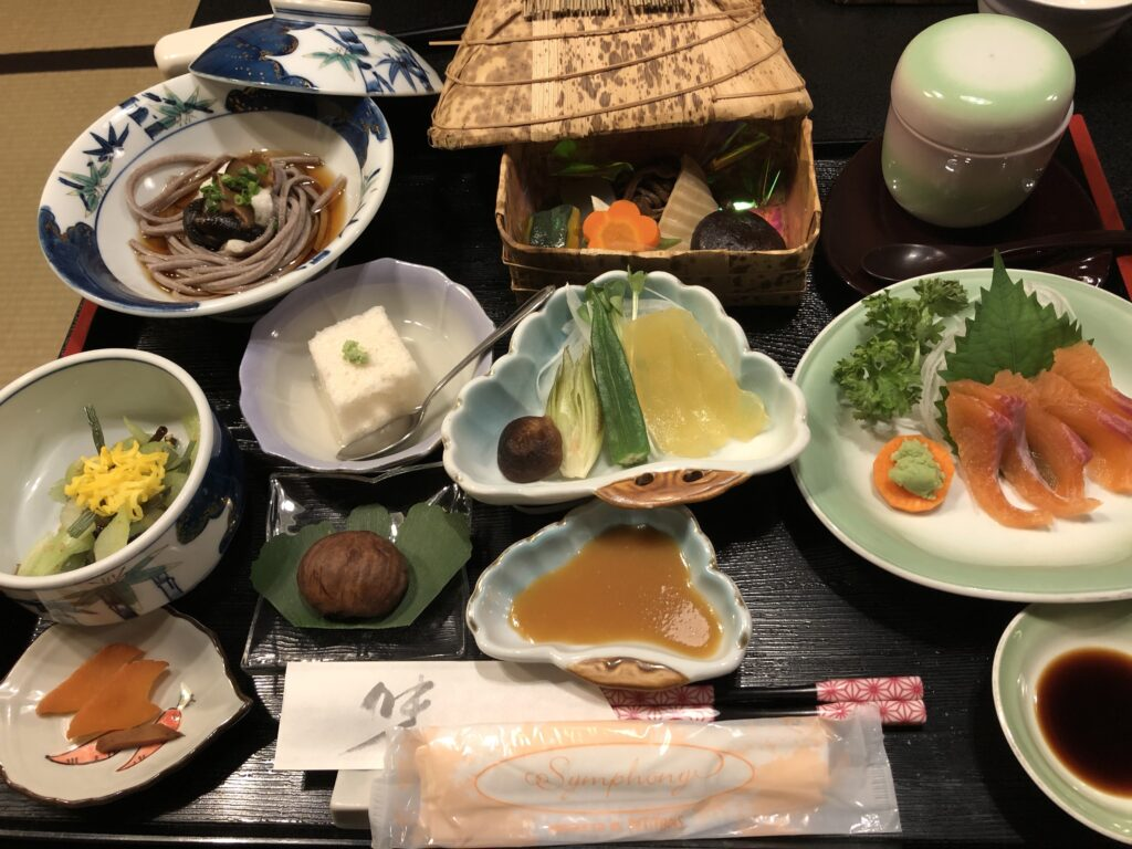 雲海の宿「千木」の夕飯。地元の食材をふんだんに使われており美味しかった