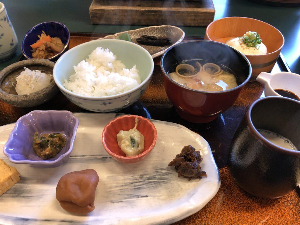 渓谷の宿「二匹の鬼」の朝食は和食で心も体も温まります。