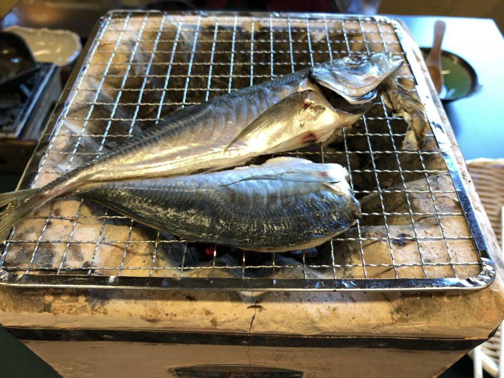 渓谷の宿「二匹の鬼」の朝食には焼き魚も。ヤマメでしょうか。