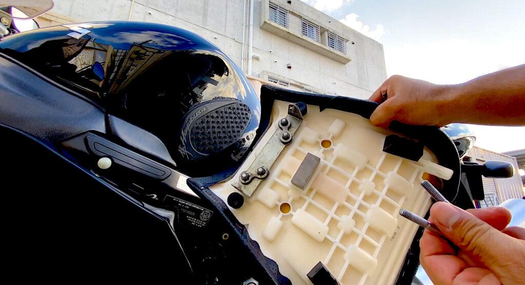 隼のエアークリーナー交換はまず2本のボルトを外して、フロントシートを取り外します。