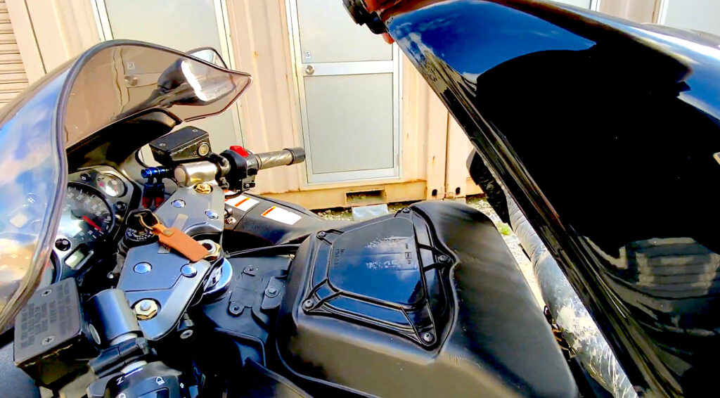 隼のエアークリーナー交換手順2は2本のボルトを外し、燃料タンクを持ち上げます。